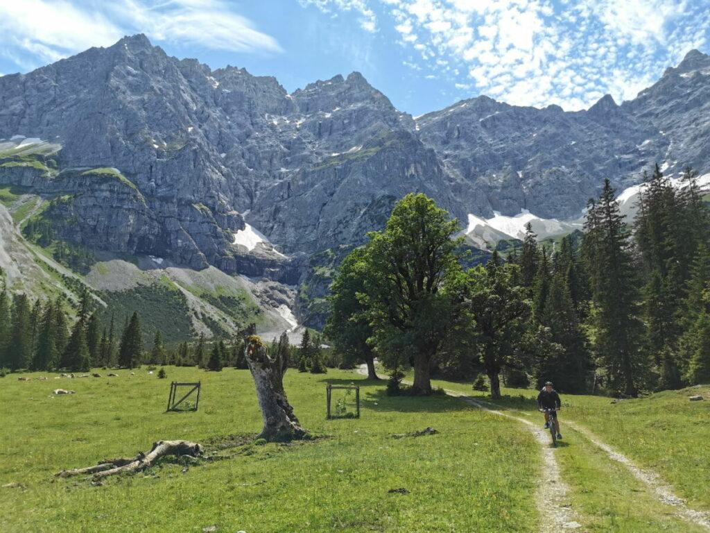 Kleiner Ahornboden mit den markanten Felswänden des Karwendel